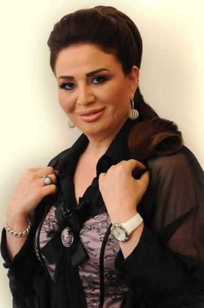 إطلالة صادمة لإلهام شاهين وبوسي في العمرة