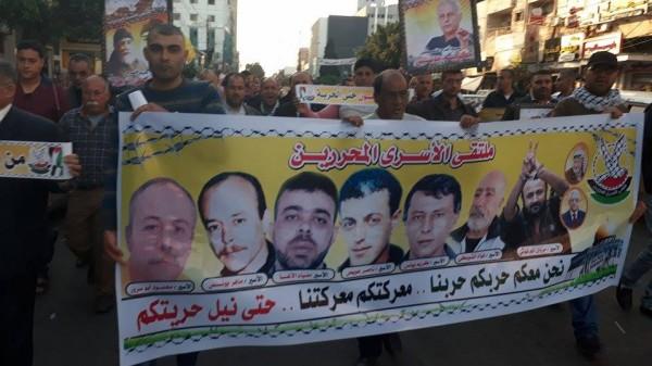 ملتقى الأسرى المحررين ينظم مسيرة دعم للأسرى المضربين