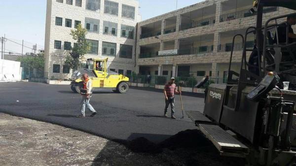 بلدية الخليل تُساهم في تعبيد ملعب المدرسة الشرعية