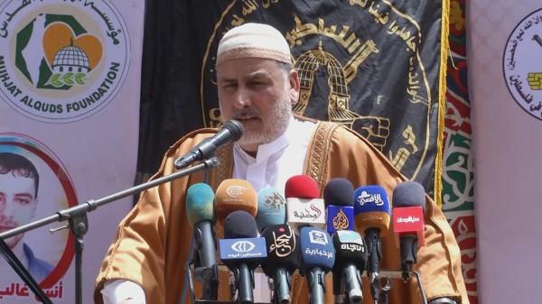 غزيون يؤدون الجمعة أمام الصليب الأحمر إسنادًا لإضراب الأسرى