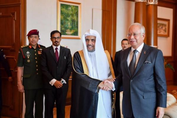 """ماليزيا تمنح أمين """"رابطة العالم الإسلامي"""" وسام الشرف الملكي"""