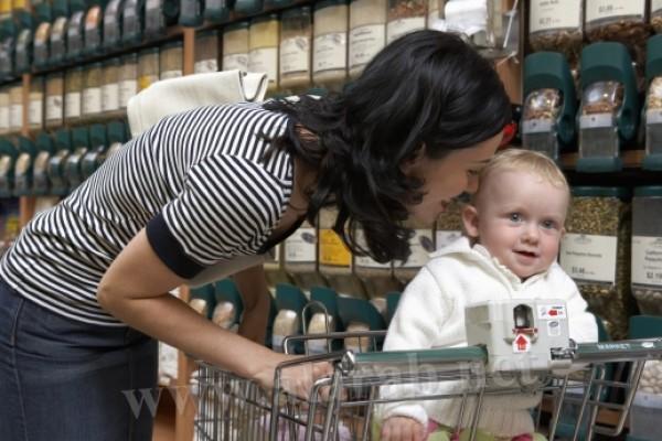 مخاطر وضع الطفل في عربة التسوق