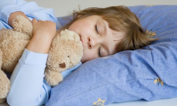 النوم المنتظم للأطفال يحميهم من خطر السمنة