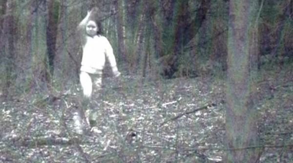 لقطات مرعبة لشبح فتاة يلعب في الغابة وجدها يكشف قصتها
