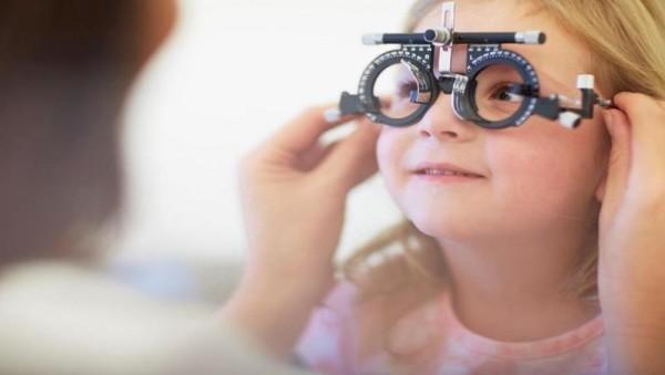 خطورة مرض متلازمة البصر الرقمية على الأطفال