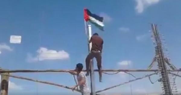 بالفيديو.. رفع العلم الفلسطيني على موقع عسكري إسرائيلي شرقي القطاع