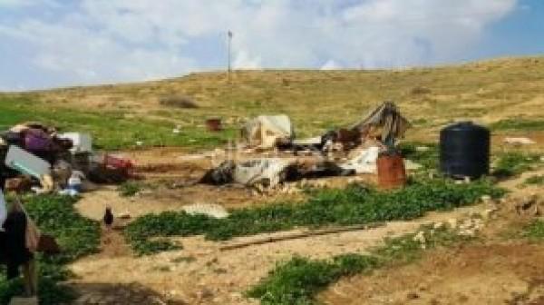مستوطنون يهدمون خيمة بالأغوار