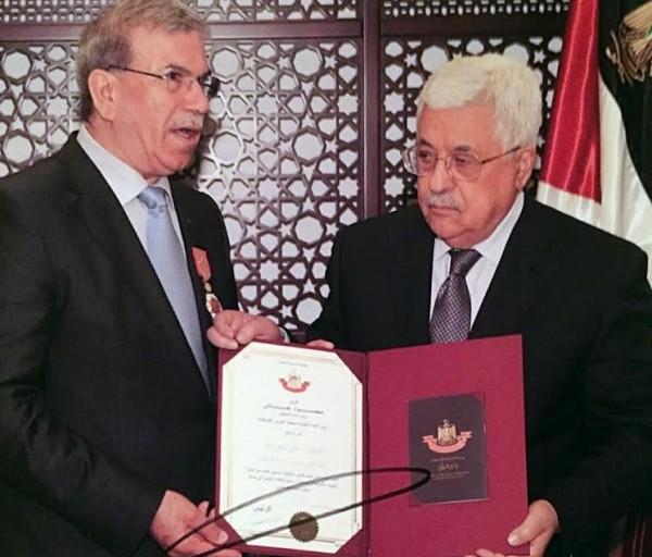 """الرئيس عباس يقلد على معروف وسام دولة فلسطين برتبة """"فارس"""""""