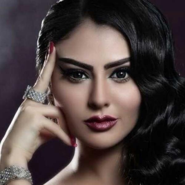 مريم حسين في موقف محرج بسبب سحاب فستانها
