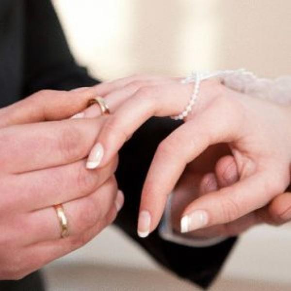 مصري يُزوج زوجته لسعودي مقابل آيفون 6