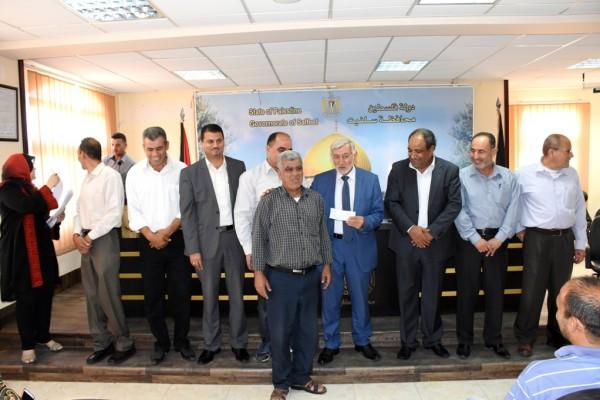 وزير الزراعة ومحافظ سلفيت يسلمان مبالغ مالية لعدد من المزارعين