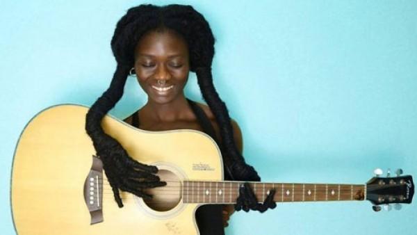 إفريقية تبدع في قصات شعرها
