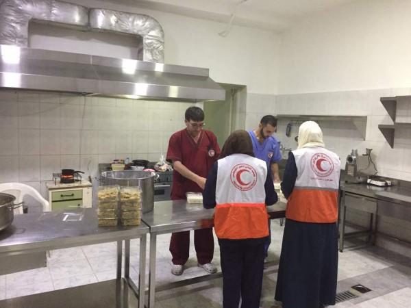 الهلال الأحمر الفلسطيني توزع وجبات افطار لفلسطيني سورية بصيدا