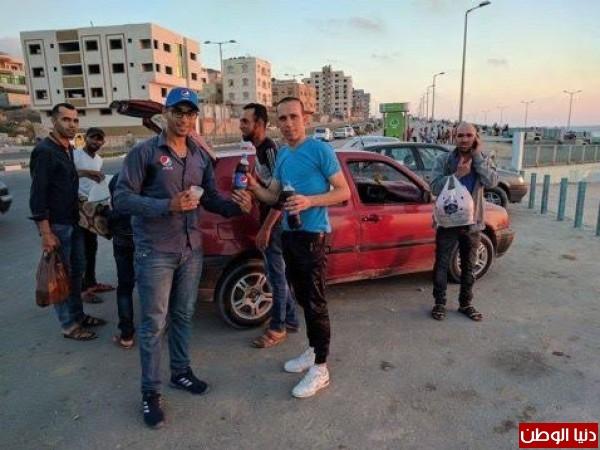 ضمن حملتها لشهر رمضان..توزيع عبوات بيبسي للمواطنين على شاطئ غزة