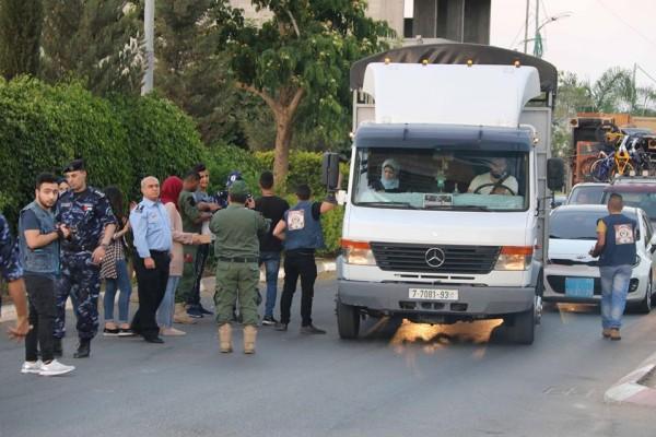 الشرطة توزع المياه والتمور على المواطنين الصائمين قبيل الإفطار بقلقيلية