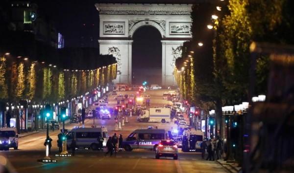 الشرطة الفرنسية: اصطدام سيارة بشاحنة للشرطة بالشانزيليزيه ولا إصابات
