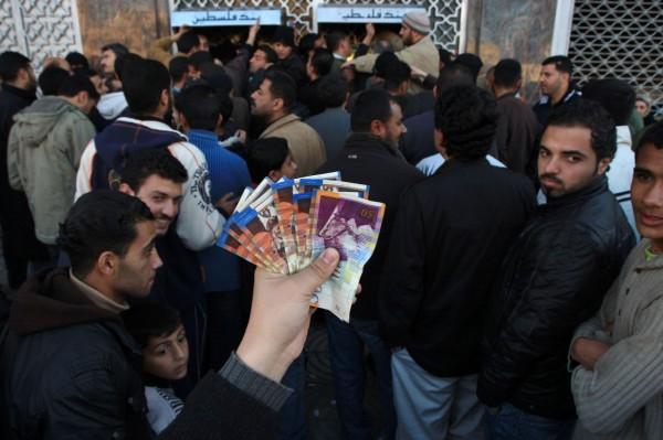 الحكومة: إحالة 6145 موظفاً مدنياً من قطاع غزة للتقاعد المبكر