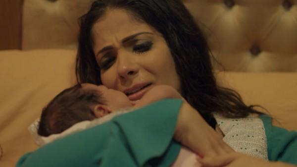 """منى زكي تظهر أصغر أبنائها """"يونس"""" للمرة الأولى"""