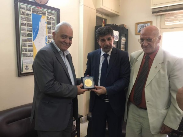 السفيرعبد الهادي يمنح قلادة تكريمية للأمين العام للاتحاد الدولي لنقابات العمال