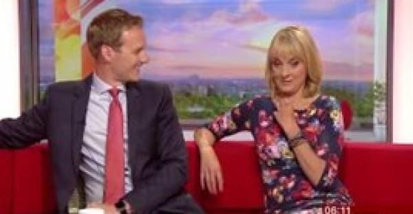 لقطات محرجة لمذيعة بي بي سي بسبب طريقة ارتداء فستانها