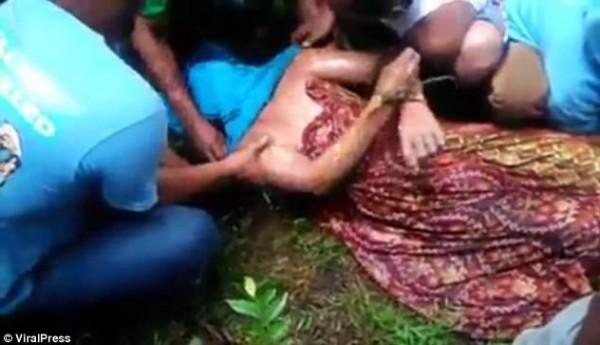 بالصور : ساحرة تجبر تمساح على إعادة رجل افترسه ..! 9998838696.jpg