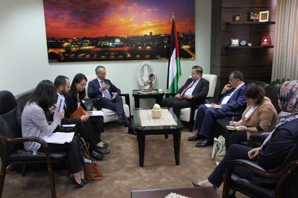 وزير الصحة يبحث تنفيذ مشروع الألواح الشمسية لمشافي غزة