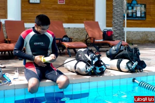 بالصور: حكاية إرادة يرويها شاب غزي احترف الغوص بلا قدمين!