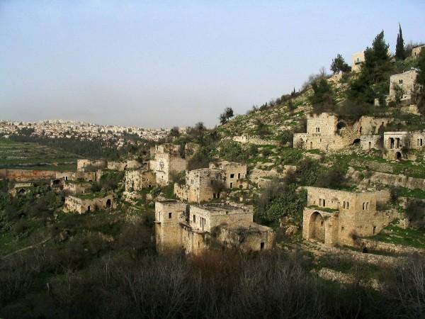 أبناء سلالات قرية فلسطينية مهجرة يمنعون تدمير تاريخها
