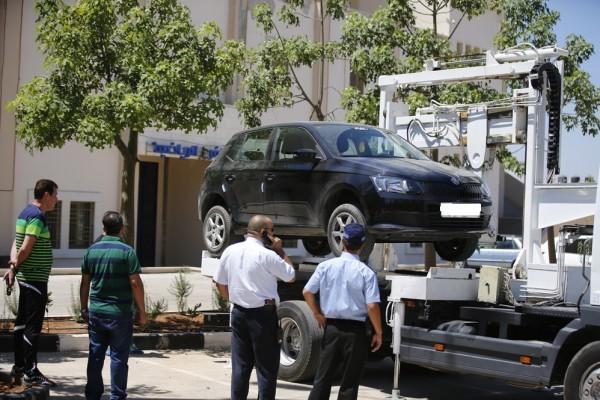 بلدية الخليل تُصادر المركبات المخالفة بالرافعة الشوكية