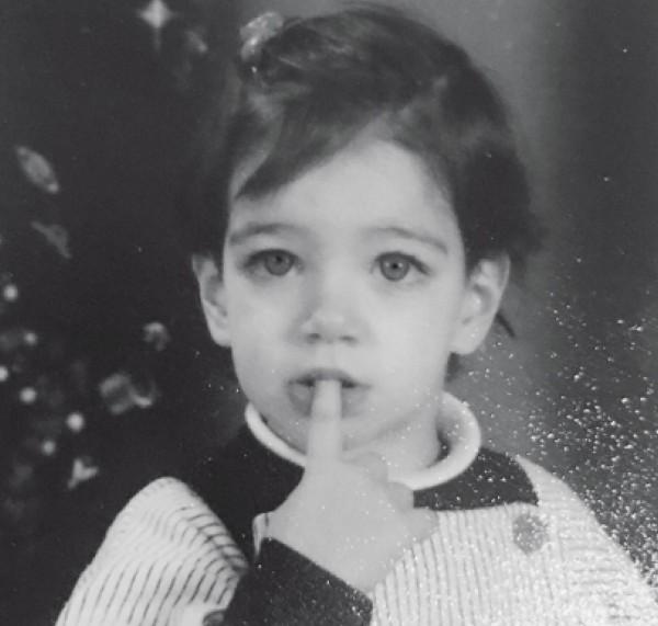 هذه الطفلة أصبحت نجمة عربية حسناء... خمنوا من هي؟