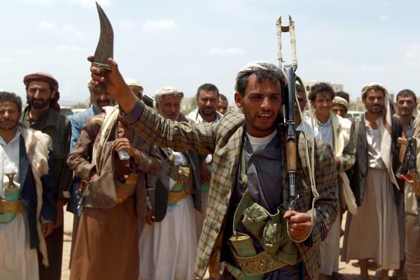 الحوثيون يستهدفون سفينة عسكرية للتحالف في الساحل الغربي اليمني