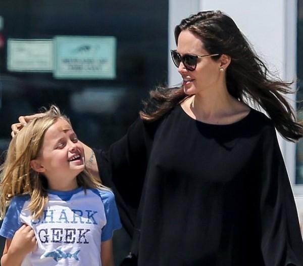 ابتسامة انجلينا جولي تعود لوجهها بعد غياب...من أضحكها؟