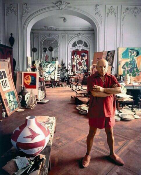 صورة ملونة لبيكاسو في منزله