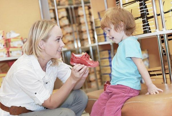 كيف تختارين الحذاء المناسب لطفلك؟