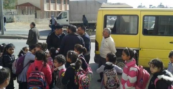 شرطة جنين تضبط مركبة خاصة بداخلها 21 طفل بحمولة زائدة