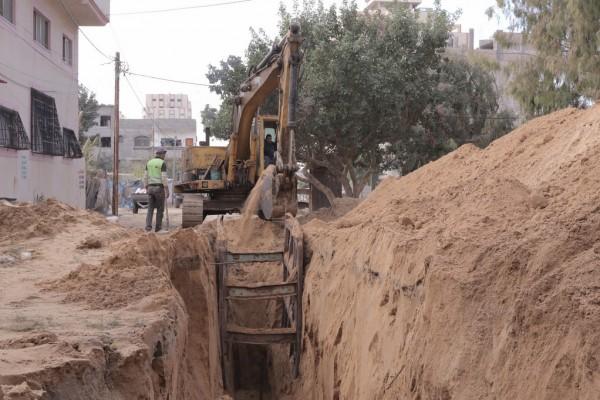 بلدية غزة تُمدد (1300) مترٍ من خطوط الصرف الصحي