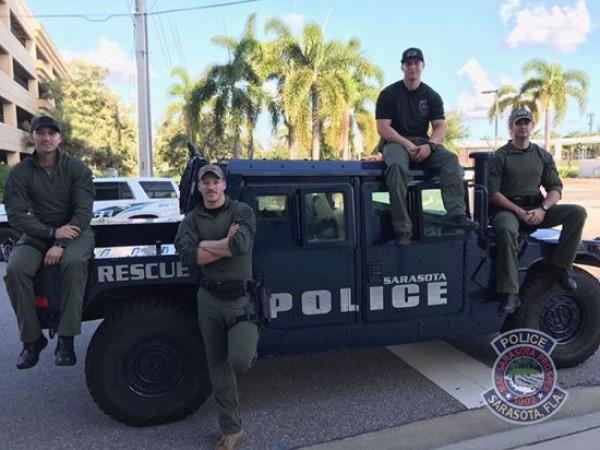 """صور: وسامة 3 رجال شُرطة تُشغل الأمريكيين عن إعصار """"إرما"""""""