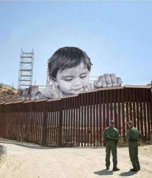 لوحة على الحدود بين أمريكا والمكسيك