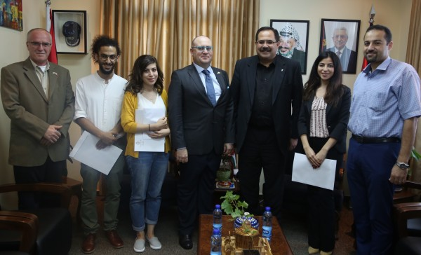 وزير التربية وممثل مالطا يسلمان ثلاثة طلبة منح ماجستير