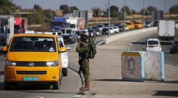 الاحتلال يعتقل 3 شبان على حاجز الحمرا.. وآخر خلال استعداده للسفر للأردن
