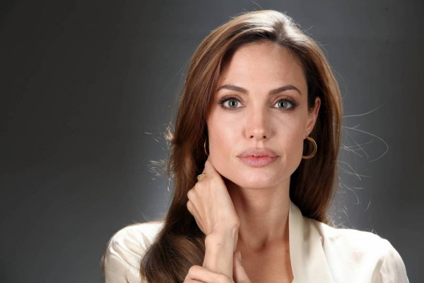 أنجلينا جولي تكشف تفاصيل فقدانها لعذريتها بموافقة والدتها