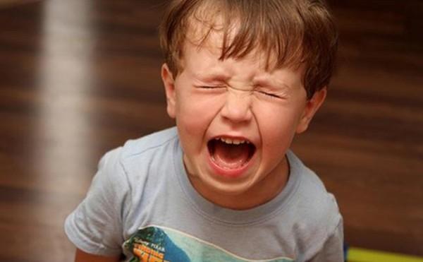 دعيه يصرخ ويبكي .. نوبات غضب طفلك مفيدة له!