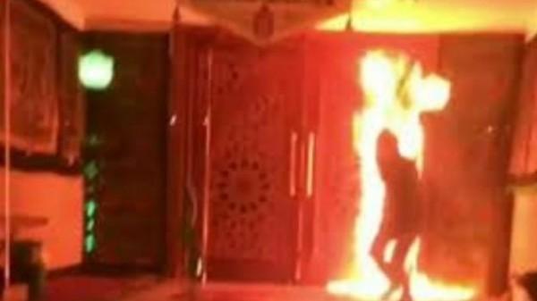 مشاهد مروعة لعبدة الشيطان يشعلون النيران في مسجد بطهران