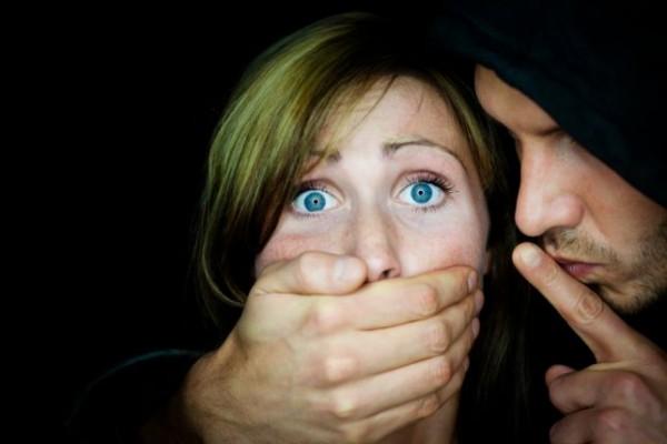 فضائح  التحرّش الجنسي.. فنان لبناني قبّل فتاة وبعث لها رسالة جنسية