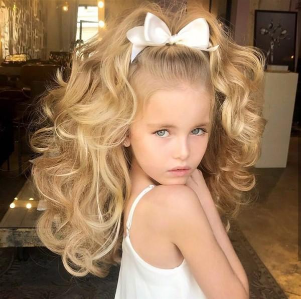 طفلة تشعل فيسبوك بجمالها وشعرها الطبيعي
