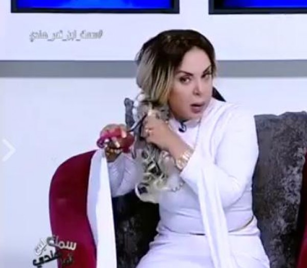 فيديو مذيعة مصرية تقص شعرها على الهواء من أجل الثأر