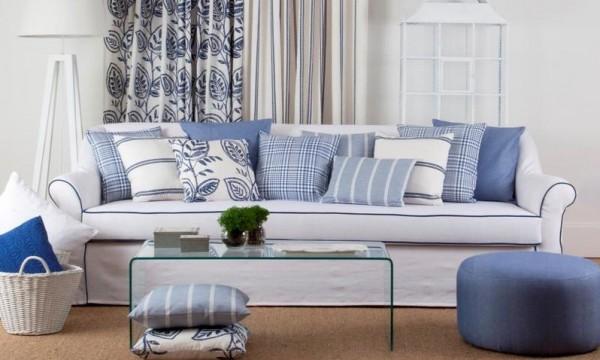 ديكورات بالأبيض والأزرق في غرفة المعيشة الشتويَّة لتدفئة الجو