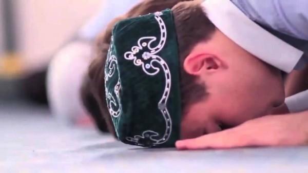 الفقهاء: يجوز للمصلي أن يسجد على كور عمامته، وعلى ثوبه