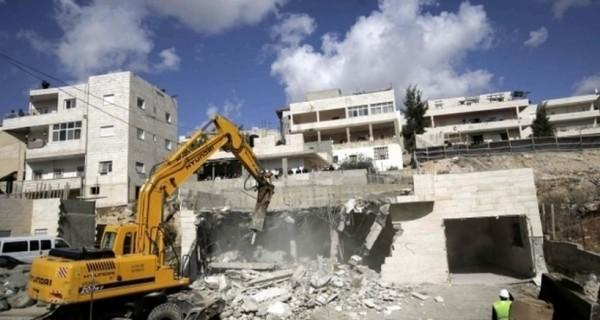 بحجة عدم الترخيص..الاحتلال يهدم مبنى قيد الانشاء في القدس