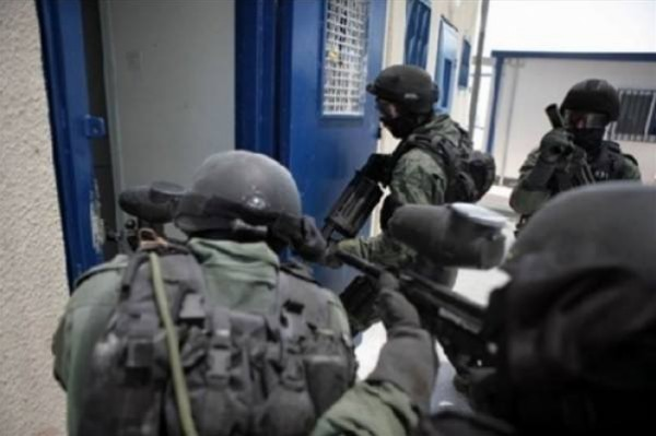 """قوات القمع تقتحم بعض الأقسام في """"عوفر"""""""